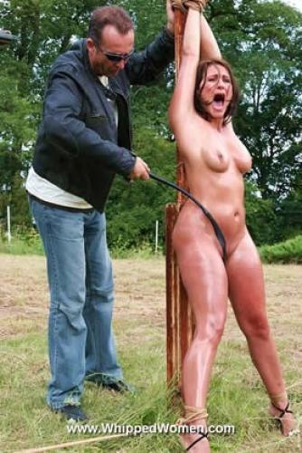 Жесткое доминирование над голой рабыней во дворе - возбуждающее БДСМ видео!